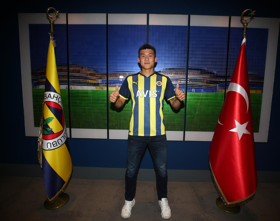 Kim Min-jae is wearing the Fenerbahce uniform after officially announcing that he has joined the Turkish football team on Friday. [YONHAP]