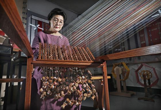 Lim Keum-hee, the only dahoejang left in Korea, makes kwangdahoe at her workshop located in Gwangjin District of eastern Seoul. [PARK SANG-MOON]