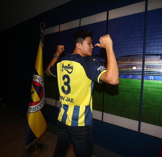 Kim Min-jae poses in a Fenerbahce shirt after joining the club last week. [YONHAP]