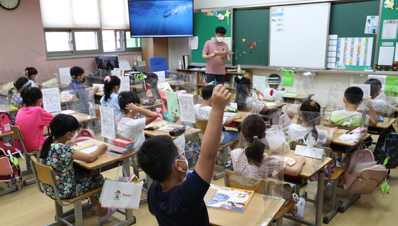 Students attend a class at an elementary school in Suwon, Gyeonggi, on Tuesday, as schools nationwide reopened after the summer break. [NEWS1]