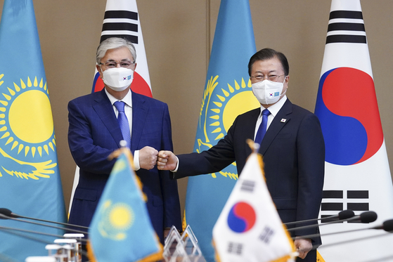 Korean President Moon Jae-in, right, and Kazakh President Kassym-Jomart Tokayev bump fists ahead of their summit at the Blue House in central Seoul Tuesday. [YONHAP]