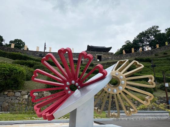 An artwork displayed in Gongsanseong fortress in Gongju. [JANG NAM-MI]