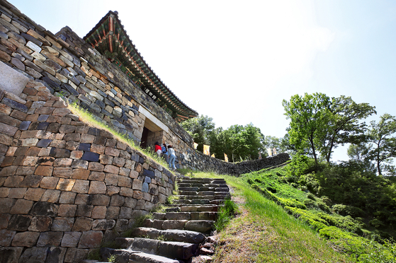"""Gongsanseong fortress in Gongju, South Chungcheong, is one of eight historic sites included in the """"Baekje Historic Areas,"""" which was inscribed on Unesco in 2015. [PARK JONG-KEUN]"""