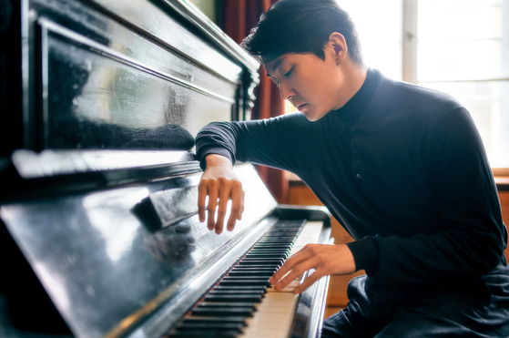 """Pianist Cho Seong-jin will hold a recital next month, performing piano pieces including L.Jana?ek's """"Piano Sonata 1.X. 1905,"""" Ravel's """"Gaspard de la Nuit,"""" and Chopin's """"Scherzos No. 1-4."""" [UNIVERSAL MUSIC]"""
