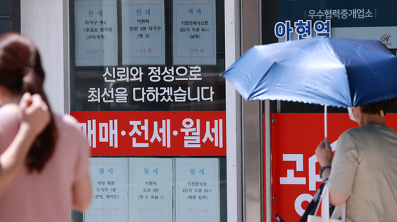 Apartment prices are shown in front of a real estate agent office Tuesday in Seodaemun District, western Seoul. According to Korea Real Estate Board, the price of homes in Seoul in July was up 0.6 percent on month, the highest rate of increase since July last year's 0.71 percent on-month increase. [YONHAP]