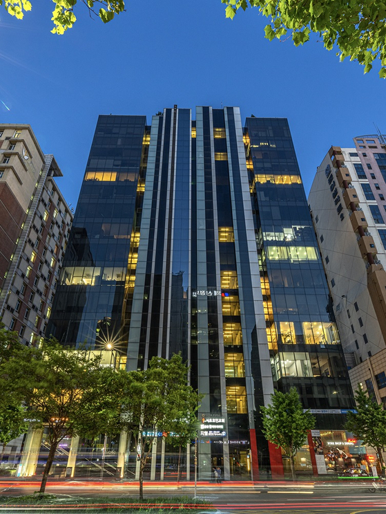 Kasa Korea sold off part of the 15-story building in Seocho District, southern Seoul, to 3,025 investors in a form of digital asset-backed securities worth 4 billion won in July. This building is the second building listed on Kasa's platform. [KASA KOREA]