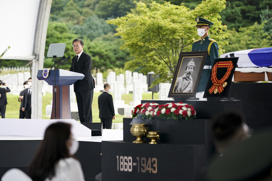 President Moon Jae-in gives a eulogy for Korean independence fighter Hong Beom-do at the Daejeon National Cemetery on Wednesday. [YONHAP]