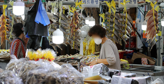 Customers shop for groceries at a traditional market in Dongdaemun District, eastern Seoul, on Wednesday ahead of Chuseok in mid-September. Korea's consumer prices recorded a two percent level increase for four consecutive months between April and July. [NEWS1]
