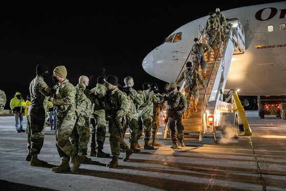 U.S. Army soldiers from the 10th Mountain Division arrive home from a nine-month deployment in Afghanistan on Dec. 8, 2020, in Fort Drum, New York. [AFP/YONHAP]