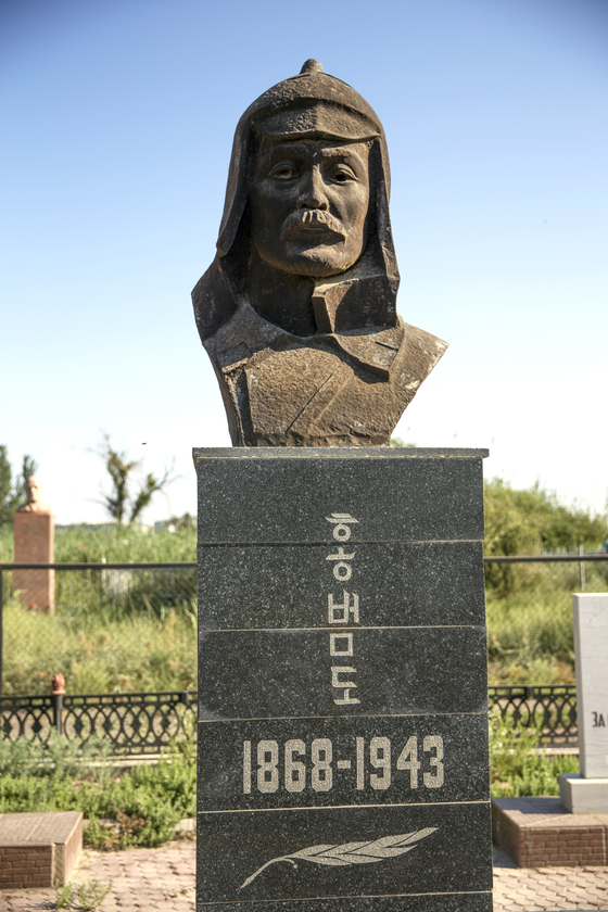 Korean independence fighter Hong Beom-do will be will be repatriated to Korea on Sunday, ahead of Kazakh President Kassym-Jomart Tokayev's state visit to Seoul next Monday and Tuesday for a summit with President Moon Jae-in. Hong's bust is pictured in a cemetery in Kyzylorda, Kazakhstan, and a Korean delegation will fly to the country Saturday to bring him home to be buried at a national cemetery in Daejeon Wednesday. [YONHAP]