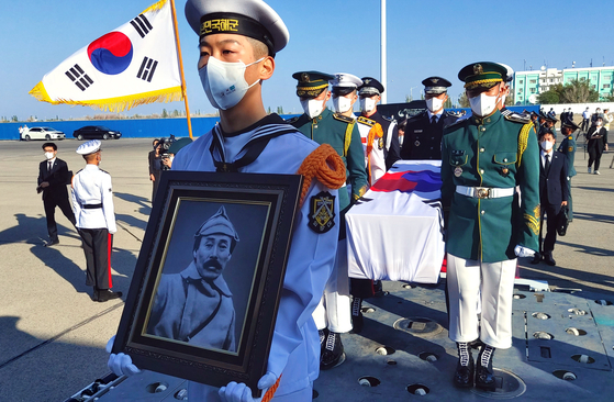 An honor guard of the Korean Armed Forces carry the national flag-draped coffin of the remains of Hong Beom-do, a legendary Korean independence fighter, to the special cargo plane at Kyzylorda Airport, Kazakhstan, on Sunday. The plane was scheduled to fly to Seoul Airport in Seongnam, Gyeonggi, in the evening on Korea's Liberation Day. Hong Beom-do was a general who commanded a Korean liberation army unit to battle the Japanese army in Manchuria in 1920s. Hong's remains were retrieved from a cemetery in Kyzylorda on Saturday for repatriation to his homeland, 78 years after his death in the Central Asian country. [YONHAP]