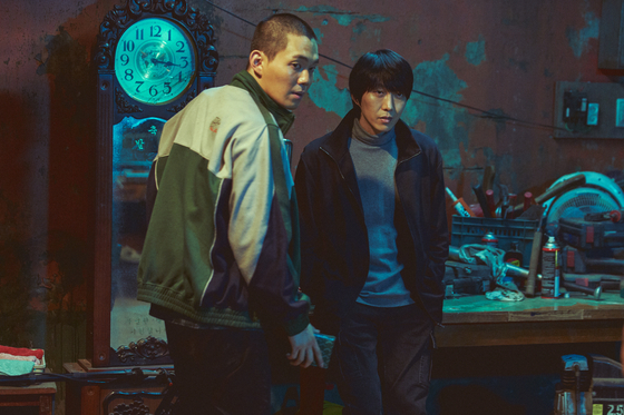Right, Choi Ki-wan (played by Kim Jae-bum), the leader of the crime ring, and his second-in-command, Yeom Dong-hoon (played by Ryu Kyung-soo) in their safe house. [NEXT ENTERTAINMENT WORLD]