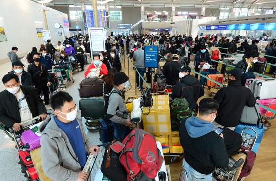 Passengers to Vietnam line up at Incheon International Airport on March 4, 2020, before the Vietnamese borders were completely closed. [KIM SUNG-RYONG]