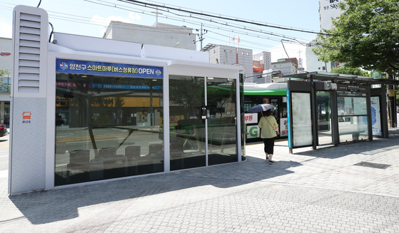 A view of a bus stop in Yangcheon District, western Seoul, on Thursday. The bus stop is one of the special stations in Yangcheon District, equipped with air conditioning, heating and an air purification system. A thermal camera will take temperatures of people entering and issue a warning announcement when anyone tries to come inside without a mask. [YONHAP]