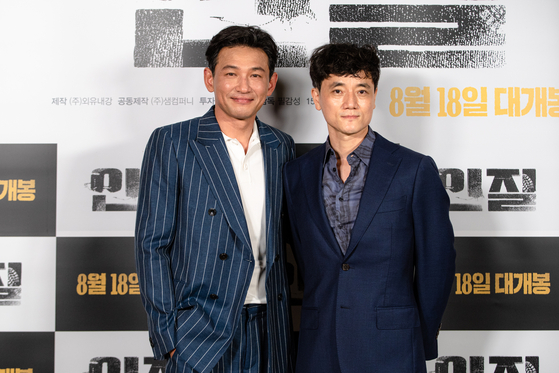 Hwang and director Pil pose for cameras after the press screening of their film earlier this month. [NEXT ENTERTAINMENT WORLD]