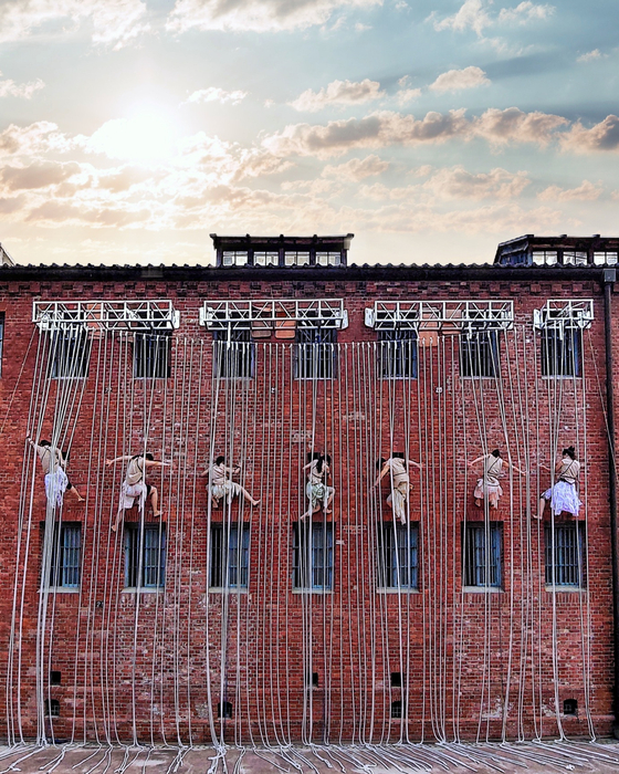 A wall performance by Project Nalda [PROJECT NALDA]