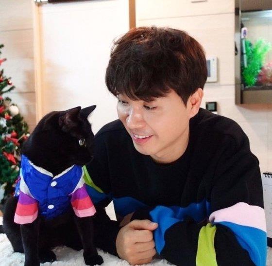 Entertainer Park Su-hong and his cat, Dahong. [INSTAGRAM CAPTURE]