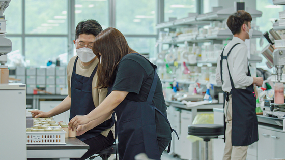Researchers conduct experiments at the Kolmar Korea R&D Complex in Seocho District, southern Seoul. The company signed a memorandum of understanding with eco-friendly materials manufacturer Roots Lab to co-develop a green substitute for microplastics using stone cells found in pear cores and peels. [KOLMAR KOREA]