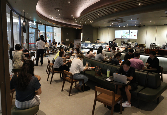 Customers fill a cafe in Seoul on Aug. 11, when the number of daily new Covid-19 cases surpassed 2,000 for the first time since the onset of the pandemic. [NEWS1]