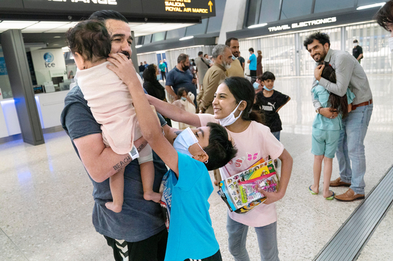 Families evacuated from Kabul, Afghanistan, arrive at Washington Dulles International Airport in Virginia Saturday. The Pentagon is considering overseas U.S. bases in Korea, Japan Germany, Kosovo, Bahrain and Italy as potential housing sites for Afghan evacuees, reported the Wall Street Journal. [AP/YONHAP]