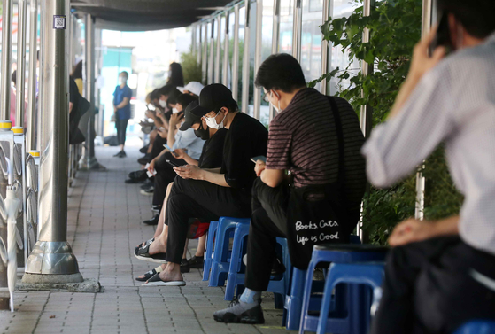 Citizens are waiting for a Covid-19 test in a makeshift center in Seoul on August 19 when daily cases soared above 2,000 to 2,152 after they hit 2,222 eight days earlier. [KIM SANG-SEON]