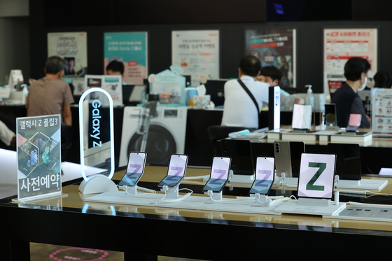 Samsung Electronics' latest folding models – the Galaxy Z Fold 3 and Galaxy Z Flip 3 – are displayed at the headquarters of mobile carrier KT in central Seoul on Monday. Orders for the models started on Aug. 17 and ran through 23. Media outlets reported that about 450,000 units were ordered. [YONHAP]