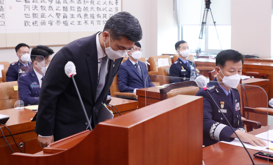 Appearing to a meeting of the National Assembly on June 10, Defense Minister Suh Wook apologized for the suicide of a female sergeant following sexual assault in the Air Force. [OH JONG-TAEK]