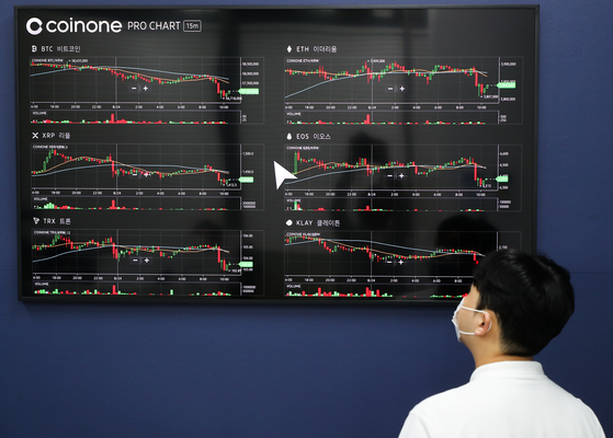 A display at the cryptocurrency exchange Coinone's customer center in Yongsan District, central Seoul, shows the price of bitcoin rising on Tuesday. Bitcoin traded above 57 million won ($48,300) while Ethereum traded at 3.88 million won. Recently there have been growing expectations in the market that the values of cryptocurrency have hit a low and will continue to rise. Ethereum investments in particular have been increasing as it is considered to be relatively less volatile than bitcoin. [YONHAP]