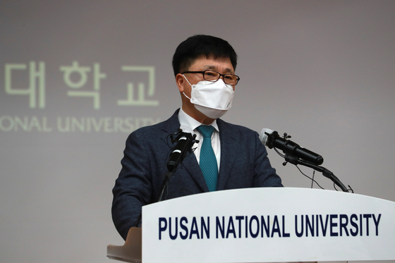 Kim Hong-won, vice president of Pusan National University, announces at a press conference the university's decision to void the 2015 admission of former Justice Minister Cho Kuk's daughter, Cho Min. [YONHAP]