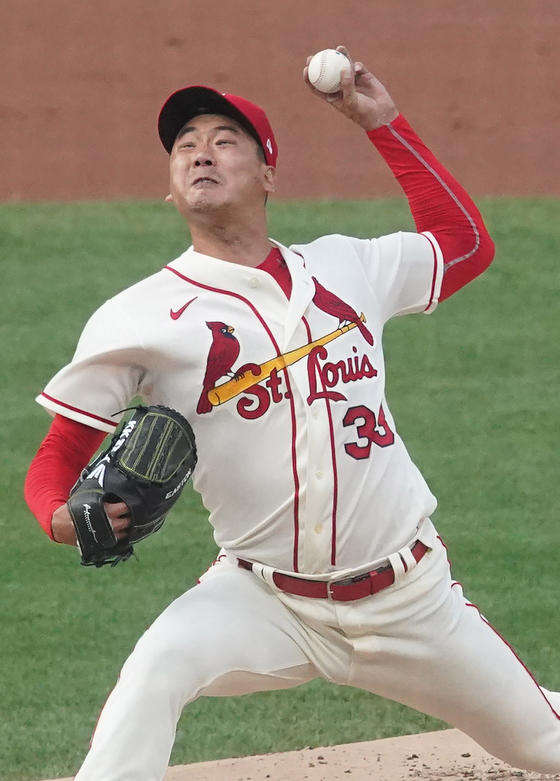 Kim Kwang-hyun of the St. Louis Cardinals delivers a pitch to the Kansas City Royals at Busch Stadium in St. Louis on Aug. 7. [UPI/YONHAP]