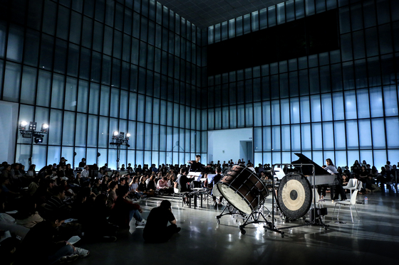 Ensemble Blank, led by conductor Choi Jae-hyuk performs this weekend at the Seoul Arts Center. [ESTRO STUDIO]