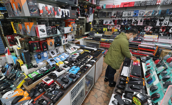 A store selling computer game-related products ranging from high-performance keyboards to mouses is pictured at the electronics complex in Yongsan District, central Seoul, on Tuesday. As the government's Level 4 social distancing regulation has been extended for another two weeks, sales of such computer game-related products have surged an average of 31 percent this month compared to the same period a year ago. Sales of joy sticks and steering wheels for games surged 378 percent year-on-year. [YONHAP]