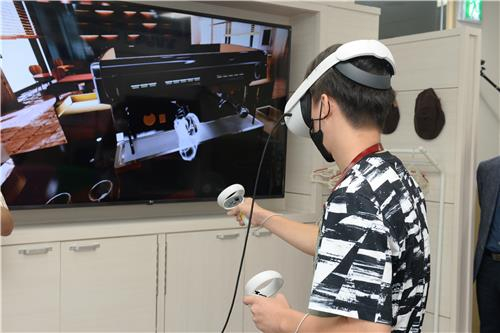 A virtual reality barista-training program is demonstrated at the Electronics and Telecommunications Research Institute (ETRI) headquarters in Daejeon on Tuesday. The institute developed a virtual vocational training program to help those with development disabilities. [YONHAP]