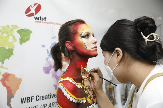 WBF requires the bodypainting to be finished within eight hours on one day. [KOREAN MAKE-UP ARTIST ASSOCIATION]