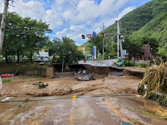 A road in Pohang, North Gyeongsang, is shown cut off on Tuesday as a road bridge was swept away due to heavy rainfall brought by Typhoon Omais overnight. [YONHAP]
