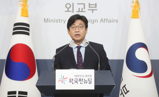 Second Vice Foreign Minister Choi Jong-moon announces in a press briefing Wednesday that 380 Afghans who have supported Korean government activities over the years will be airlifted out of Kabul and arrive at the Incheon International Airport Thursday. [NEWS1]