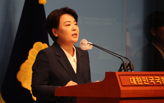 Rep. Yun Hee-suk of the People Power Party on Wednesday announces her decision to resign from the post on Wednesday. [YONHAP]