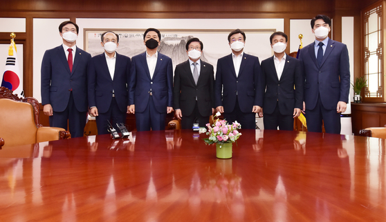 National Assembly Speaker Park Byeong -seug, center, poses with floor leaders of the ruling and opposition parties on Wednesday to review the schedule for the plenary session at the National Assembly in Yeouido, western Seoul. [YONHAP]