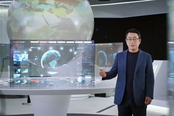 Ryu Young-sang, president of SK Telecom's mobile network operator (MNO), presents the company's new subscription business ″T Universe,″ that will give customers discounts at Amazon, 11st and many other popular brands in and outside of Korea with a monthly price of less than 10,000 won ($8.57). [SK TELECOM]
