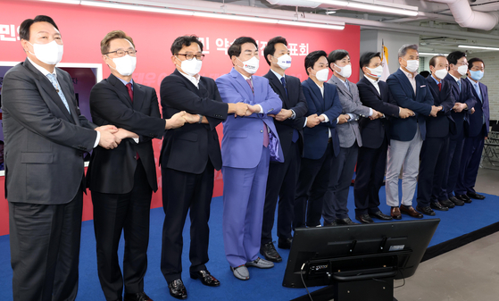 Presidential contenders of the main opposition People Power Party (PPP) pose together at the party headquarters in Yeouido, western Seoul, on Wednesday before each of the 12 candidates for the PPP's primary present their own policy pledges to the public. [KIM KYOUNG-ROK]