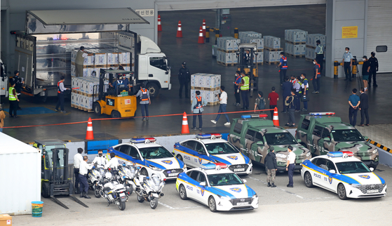 Workers load boxes carrying 1.6 million doses of Pfizer's Covid-19 vaccine, which the government has procured through a direct contract with the pharmaceutical giant, onto a truck at Incheon International Airport on Wednesday. [YONHAP]