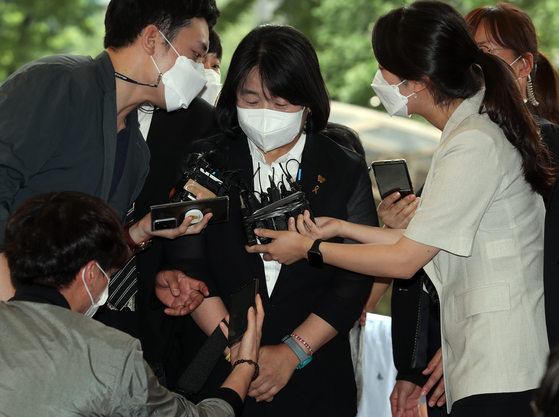 Rep. Yoon Mee-hyang, center, enters the Seoul Southern District Court on Aug. 11 to attend her trial. She was indicted on charges of exploiting survivors of Japan's wartime sexual slavery and misappropriating donations made to her civic group. [YONHAP]