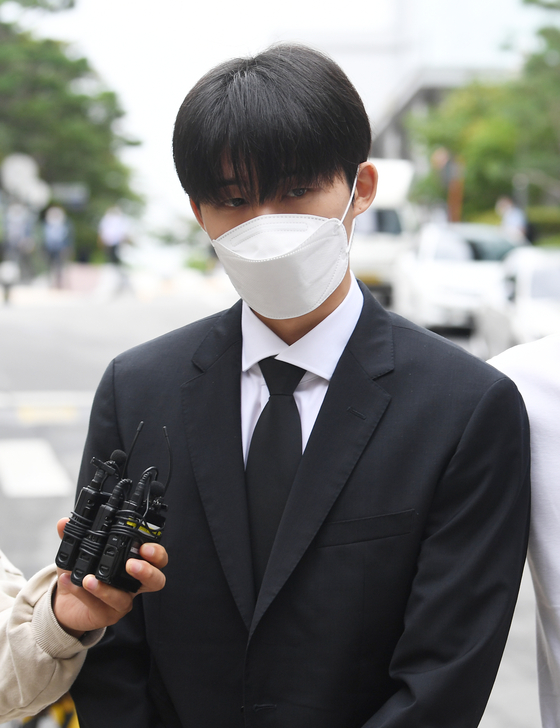 Former iKON member B.I., whose real name is Kim Han-bin, 25, walks into the Seoul Central District Court in southern Seoul, on Friday to attend his trial for illegal drug use. [JOONGANG ILBO]