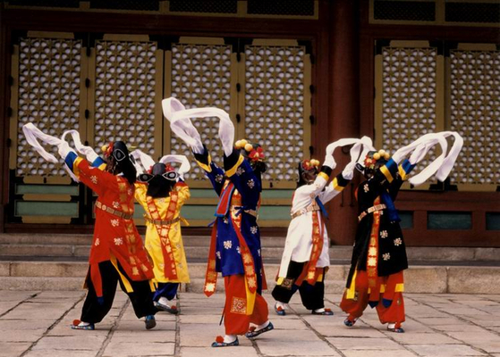 The traditional Korean dance known as cheoyongmu was traditionally used to drive out evil spirits and pray for tranquility at royal banquets or during New Year's Eve exorcism rites to promote good fortune.  The dance was inscribed on the list of intangible cultural heritage of Unesco in 2009. [CULTURAL HERITAGE ADMINISTRATION]