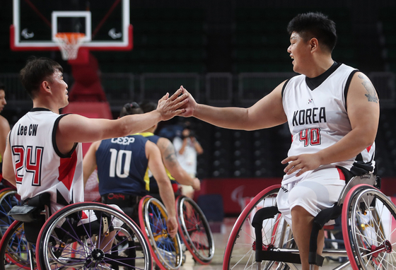 Korean wheelchair basketball players celebrate after scoring in the fourth quarter of a game against Colombia at the 2020 Tokyo Paralympics. [NEWS1]