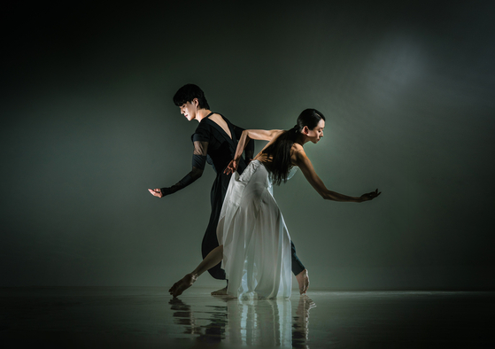 A duet in ″Daseot Oh,″ or ″Five Elements,″ a new work by the National Dance Company of Korea, which will premiere on Sept. 2 at the National Theater of Korea. [YANG DONG-MIN]