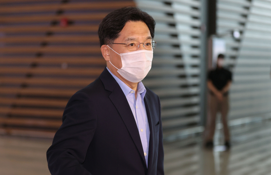 South Korea's chief nuclear envoy, Noh Kyu-duk, speaks to reporters at Incheon International Airport, Sunday, before departing for the United States. Noh plans to meet officials from the State Department, the White House National Security Council and others to follow up on discussions he had with his counterpart, Sung Kim, in Seoul last week. [YONHAP]