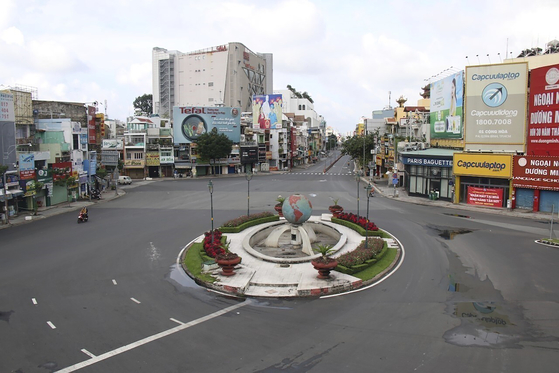 An empty intersection in Ho Chi Minh City, Vietnam, on Monday. Stricter lockdown measures were applied to Ho Chi Minh City as Covid-19 case numbers remained high. [AP/YONHAP]
