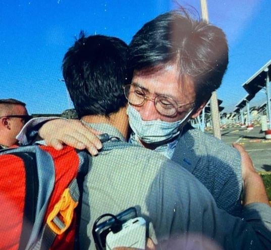 Kim Il-eung, minister counsellor of Korea to Afghanistan, embraces an Afghan with whom he had worked with before, at the airport in Kabul on Aug. 25. The photo has been provided by the Ministry of Foreign Affairs. [NEWS1]