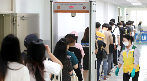 People aged between 18 and 49 line up to receive vaccinations at a center in Daejeon on Thursday, when the country began vaccinations for the age group. [NEWS1]